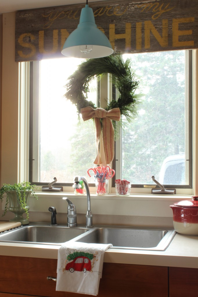 Christmas in the kitchen for Kitchen window sill decoration ideas