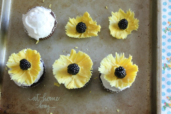 edible-sunflower-cupcake-toppers